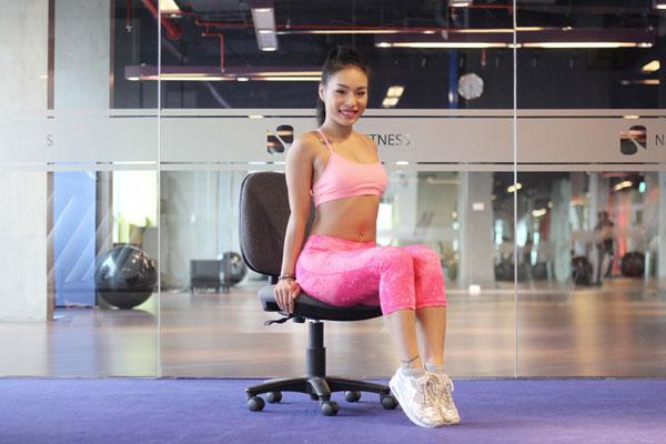 Bài tập với chiếc ghế giúp giảm mỡ bụng cho cô nàng công sở