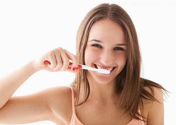 Bí quyết đánh bay những mảng bám trên răng trong nháy  Danh-bay-vet-bam-rang-nhan